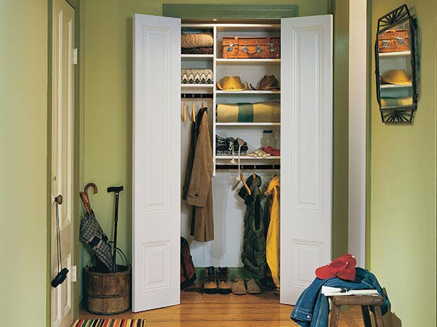 White Entryway Reach in Closet with Shelving and Closet Rods
