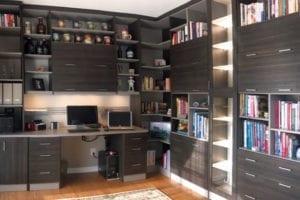 Oficina en casa mezclada con un área de trabajo apta para niños